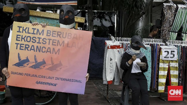 Aksi damaiini juga tak lupa mengkritisi kebijakan Pemerintah Jokowi periode kedua yang memperlihatkan kemunduran dalam perlindungan terhadap lingkungan laut. Contohnya, pelonggaran aturan alih muatan ikan di tengah laut dan soal perizinan kapal asing. (CNN Indonesia/Andry Novelino)