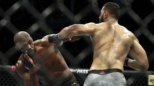 Jon Jones menghadapi Dominick Reyes dalam laga perebutan gelar kelas light heavyweight UFC 247. (Ronald Martinez/Getty Images/AFP)
