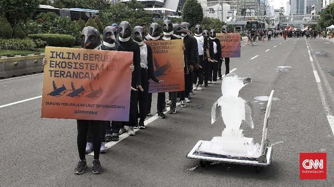 Greenpeace melakukan aksi damai untuk mendesak penyusunan Perjanjian Laut Internasional (Global Ocean Treaty) di ajang CFD,di depan kantor Kemenko Maritim, Jl. MH. Thamrin, Jakarta, Minggu (9/2). (CNN Indonesia/Andry Novelino)
