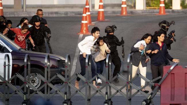 Pada Minggu dini hari, seorang anggota pasukan keamanan yang berupaya menghentikan serangan di Pusat Perbelanjaan pun turut meregang nyawa. Sementara dua tentara terluka dan dilarikan ke rumah sakit. (AP Photo/Wason Wanichakorn)