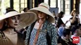 Bernuansa tropis, koleksi ini terdiri dari jumpsuit lengan pendek, lounge set yang rileks, gaun-gaun handkerchief yang ringan, hingga outerwear panjang tanpa lengan dalam koleksi terbaru Purana. (CNN Indonesia/Andry Novelino)