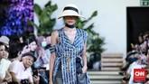 Beberapa potongan dibuat longgar dengan side strap, side belt, hingga teknik wrap, yang memungkinkan cara pemakaian yang berbeda tergantung bentuk tubuh. (CNN Indonesia/Andry Novelino)