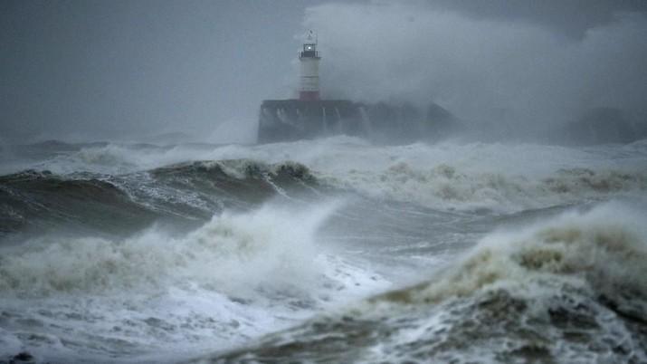 Dahsyatnya Badai Musim Dingin yang Hantam Inggris & Eropa