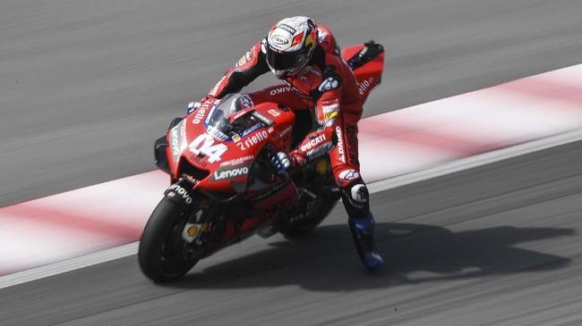 Pebalap Ducati Andrea Dovizioso belum keluar dari kesulitan dengan berada di posisi 15, terpaut lebih dari 0,5 detik dari Fabio Quaratararo. (Mohd RASFAN / AFP)