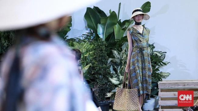 Topi-topi jerami bertepi lebar dan beach bag anyaman melengkapi koleksi ini, membuatnya koleksi musim panas yang ideal. (CNN Indonesia/Andry Novelino)