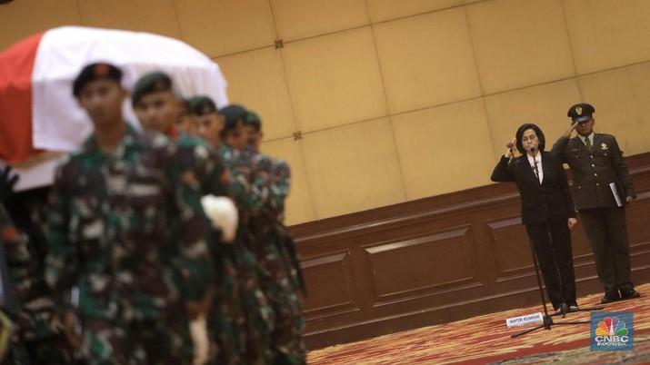 Momen Sri Mulyani Pimpin Serah Terima Jenazah JB Sumarlin