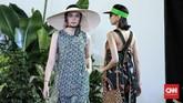 Kolaborasi dengan seniman Emma yang berasal dari Yogyakarta serta label perhiasan Amero menampilkan sebuah koleksi yang ringan, fresh, dan terlihat modern. (CNN Indonesia/Andry Novelino)