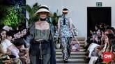 Gaun-gaun panjang yang ringan dengan berbagai variasi, seperti tabrakan tiga motif dalam satu tampilan terlihat terlalu ramai, namun seluruhnya dibuat dengan eksekusi jahitan yang baik. (CNN Indonesia/Andry Novelino)