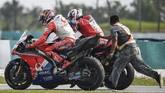Jack Miller mendapat bantuan dari pebalap Ducati Danilo Petrucci untuk kembali ke paddock Pramac Racing usai mengalami kecelakaan. (Mohd RASFAN / AFP)