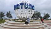 Wisatawan memanfaatkan WiFi gratis di Pantai Piwang, Natuna, Kepulauan Riau. Pemerintah Kabupaten Natuna menyediakan delapan titik WiFi gratis di tempat umum sebagai pemanfaatan fungsi Palapa Ring Barat yang sudah beroperasi. (ANTARA FOTO/M Risyal Hidayat)