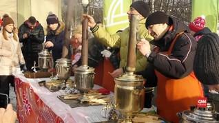 VIDEO: Ramai-ramai Membuat Teh dengan Samovar ala Rusia