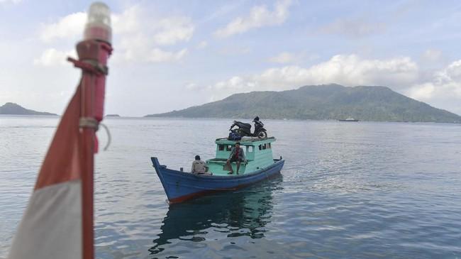 Kapal motor tiba di Dermaga Pelabuhan Selat Lampa, Natuna, Kepulauan Riau. Kapal motor pompom menjadi alat transportasi utama bagi warga Kepulauan Natuna untuk menyeberang antar pulau dengan tarif Rp15 ribu - Rp30 ribu tergantung jarak tempuh. (ANTARA FOTO/M Risyal Hidayat)