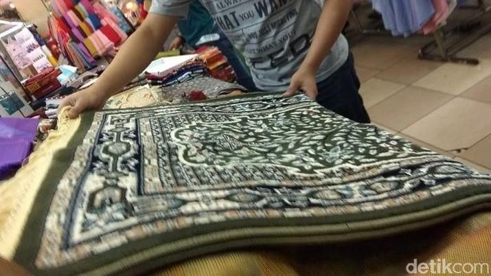Impor sajadah dan karpet berasal paling banyak dari China.
