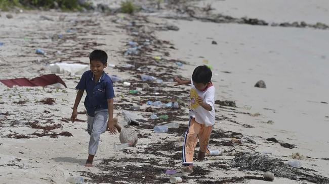 Anak-anak bermain di pantai kawasan Dermaga Pengadah, Natuna, Kepulauan Riau. (ANTARA FOTO/M Risyal Hidayat)
