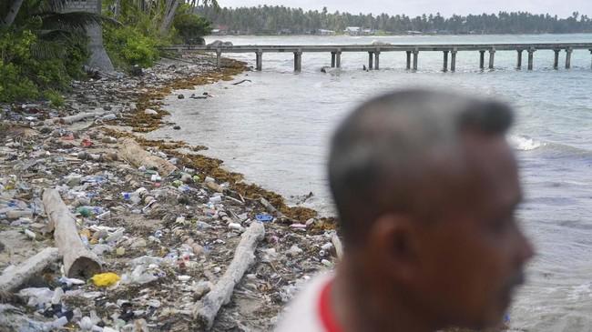 Warga di pesisir pantai Sepempang, Natuna, Kepulauan Riau. Menurut data Dinas Lingkungan Hidup Kabupaten Natuna, sejak musim angin utara mulai Desember 2019 sepanjang bibir pantai di Natuna dipenuhi oleh sampah plastik kiriman dari luar wilayah Indoenesia yang terbawa gelombang. (ANTARA FOTO/M Risyal Hidayat)