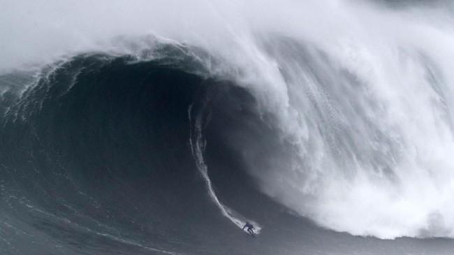 Nazare Tow Surfing Challenge dipersembahkan oleh World Surf League. Sebanyak 19 surfer dunia diundang bertanding dalam ajang ini. Dua di antaranya peselancar wanita. (AP Photo/Armando Franca)