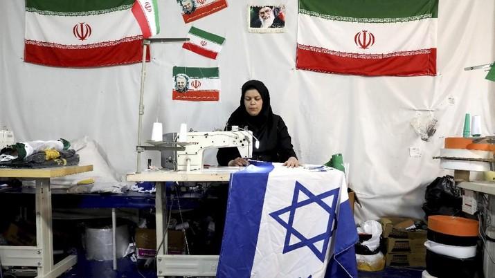 Pembisnis Pembuat Bendera Untuk di Bakar Masa. (AP Photo/Ebrahim Noroozi)