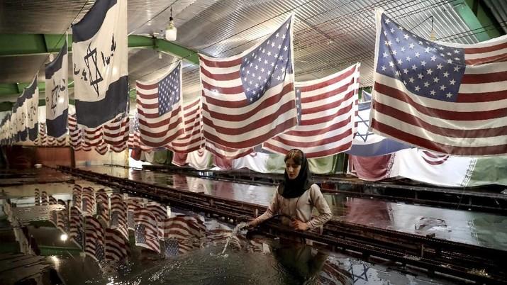 Duh! Di Iran Ada Bisnis Pembuatan Bendera Buat Dibakar