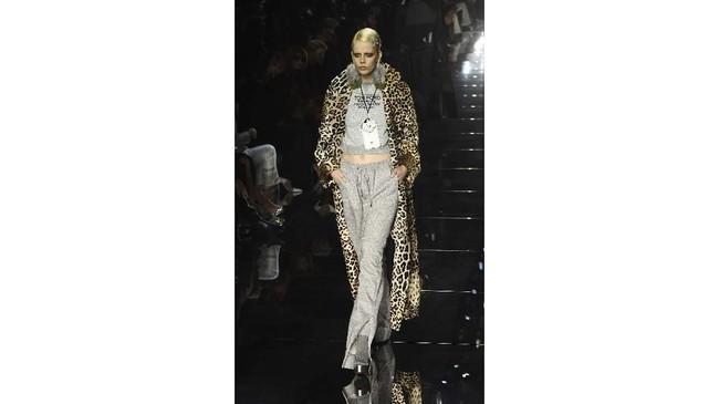 Paduan atasan dan celana, atasan yang dipadukan dengan rok serta coat panjang juga menjadi daya tarik tersendiri dalam koleksinya. (AP Photo/Chris Pizzello)
