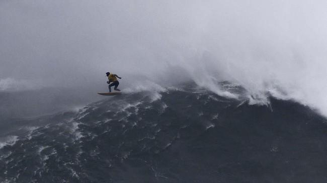 Peselancar asal Portugal, Alex Botelho, hampir tewas tenggelam dalam ajang tahun ini. (AP Photo/Armando Franca)