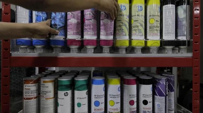 BPS menaksir produksi manufaktur sedang dan besar naik 4,01 persen pada 2018. Kenaikan ini disebabkan oleh naiknya produksi industri percetakan dan reproduksi media rekaman sebesar 19,58 persen. (CNN Indonesia/Adhi Wicaksono).