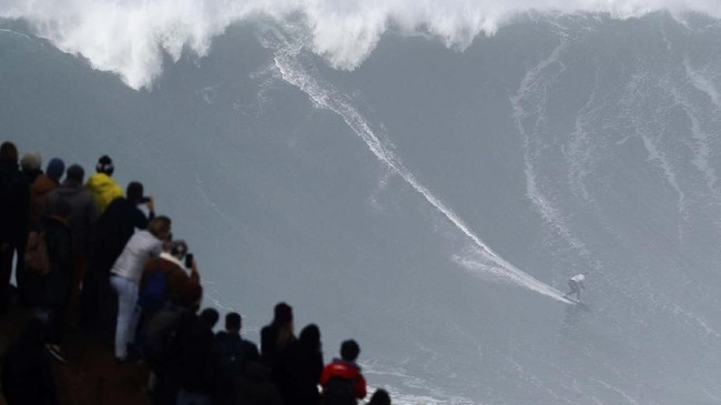 Peselancar asal Jerman, Sebastian Steudtner, yang berlaga dalam ajang Nazare Tow Surfing Challenge di Praia do Norte, Portugal, pada Selasa (11/2). (AP Photo/Armando Franca)