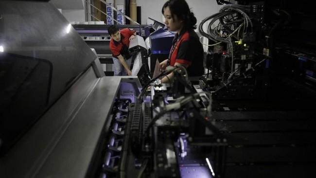 Ruang lingkup pekerjaan bidang ini luas. Salah satunya, desainer yang mampu mengerti secara teknis bagaimana sebuah visual atau informasi yang tercetak dapat sampai ke konsumen. (CNN Indonesia/Adhi Wicaksono).
