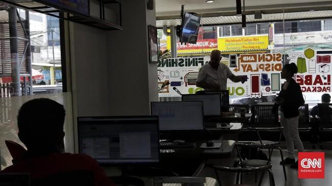 Aktivitas di salah satu gerai percetakan di Jakarta, Rabu (12/2). Industri percetakan atau grafika diramal masih bertumbuh pada 2020. (CNN Indonesia/Adhi Wicaksono).