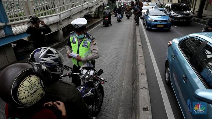 Polda Metro Jaya mengatakan untuk kendaraan bermotor pribadi masih bisa membonceng, dengan beberapa syarat