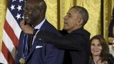 Pada November 2016, Michael Jordan menerima penghargaan Presidential Medal of Freedom dari Barack Obama. (SAUL LOEB / AFP)