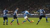 Meski tampil dominan, Inter Milan keuslitan menembus pertahanan berlapis yang diperagakan Napoli. (AP Photo/Antonio Calanni)