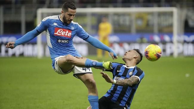 Barisandepan Inter Milan, termasuk Lautaro Martinez, mendapat pengawalan ekstra ketat dari para penggawa Napoli. (AP Photo/Luca Bruno)