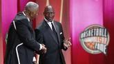 Michael Jordan bersalaman dengan pelatih Hall of Fame John Thompson. Jordan masuk Basketball Hall of Fame Enshrinement pada 2009. (Jim Rogash/Getty Images/AFP)