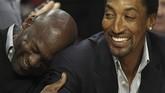 Michael Jordan bercanda dengan mantan rekan setimnya di Chicago Bulls, Scottie Pippen, saat menyaksikan laga Bulls melawan Charlotte Hornets pada 15 Februari 2011. Jordan sudah menjadi pemilik Hornets sejak 2006. (Jonathan Daniel/Getty Images/AFP)