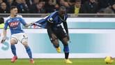 Bomber Inter Milan Romelu Lukaku juga mendapat tekanan besar dari bek lawan di sepanjang laga melawan Napoli. (AP Photo/Luca Bruno)