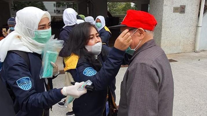 Bank Mandiri Bersama Pekerja Migran Indonesia Bagikan Masker di Hong Kong. (Dok: Mandiri)