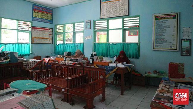 Dilema Guru di Kalijaya, Antara Kelas dan Sawah