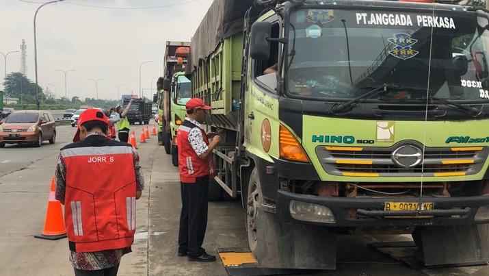 PT Hutama Karya melakukan aksi penegakan hukum dan penertiban kendaraan bermuatan lebih yang masuk atau melewati jalan tol yang dikelolanya.
