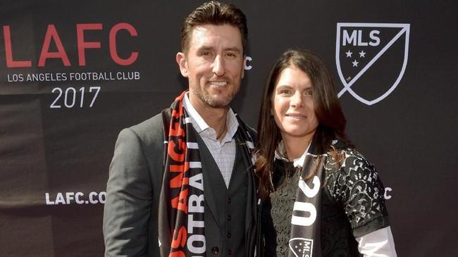 Legenda sepak bola putri Amerika Serikat Mia Hamm menikah dengan mantan bintang MLB Nomar Garciaparra pada November 2003. (Charley Gallay/Getty Images for LAFC/AFP)