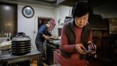Pemilik restoran pizza, Eom Hang-ki (65), mengatakan kalau mesin pembuat pizza-nya sempat rusak karena pesanan membludak. (Ed JONES/AFP)