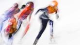 Atlet Belanda Suzanne Schulting, China Zhang Yuting dan Alyson Charles dari Kanada tengah berkompetisi dalam kejuaraan Piala Dunia Skating jarak pendek di Dresden, Jerman Timur. (AP Photo/Jens Meyer)