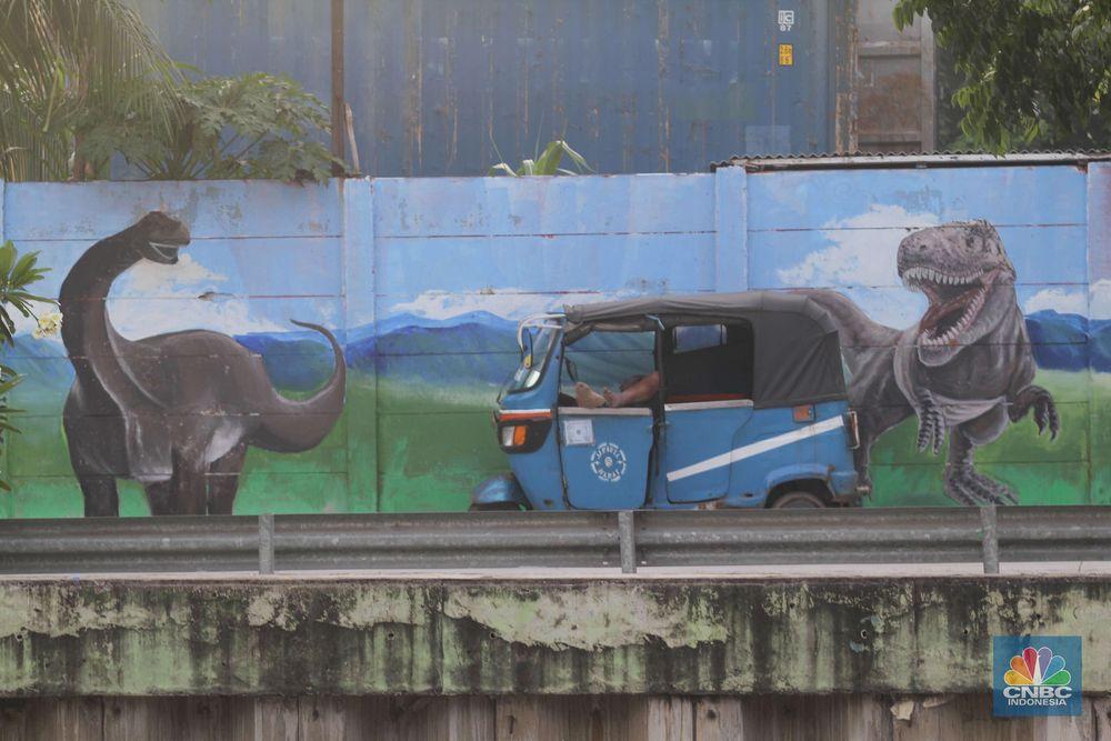 Berbagai kreasi mural bertema satwa terpajang di sepanjang dinding bantaran Kali Opak, Penjaringan, Jakarta Utara. (CNBC Indonesia/Muhammad Sabki)