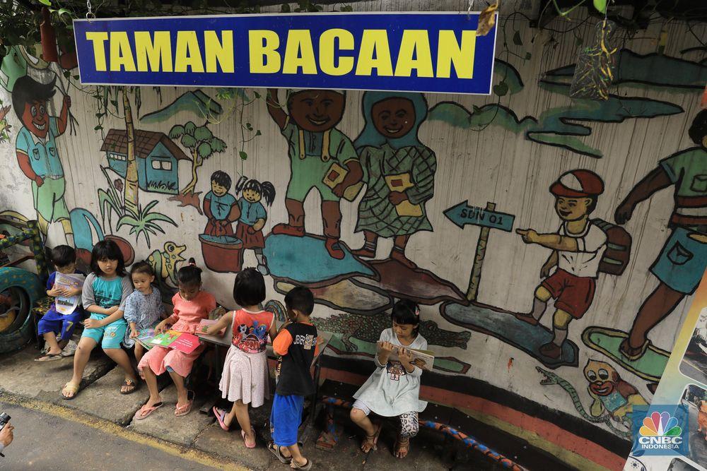 Sejumlah anak asyik membaca buku di Taman Baca di Jalan Sawahlio 5, Jembatan 5, Jakarta Barat, Jumat (14/2/2020). (CNBC Indonesia/Andrean Kristianto)