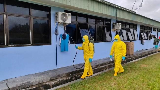 Dua petugas medis menyemprotkan disinfektan pada pusat observasi WNI yang dievakuasi dari Wuhan, China karena Virus Corona di Hanggar Pangkalan Udara TNI AU Raden Sadjad, Ranai, Natuna, Rabu (12/2). (ANTARA FOTO/PUSPEN TNI/mrh/ama).