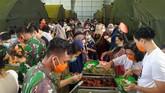 Sejumlah WNI yang dievakuasi dari Wuhan, China karena Virus Corona mengambil makan di pusat observasi di Hanggar Pangkalan Udara TNI AU Raden Sadjad, Ranai, Natuna, Rabu (12/2). (ANTARA FOTO/PUSPEN TNI/mrh/ama).