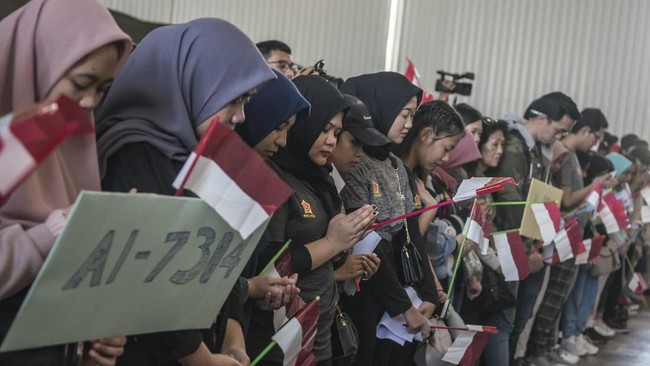Sebelum diberangkatkan ke Jakarta digelar doa bersama dengan warga Natuna. (ANTARA FOTO/Muhammad Adimaja/wsj).