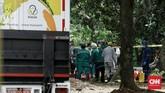 Zat radioaktif di Perumahan Batan Indah Tangerang Selatan diangkut menggunakan truk. (CNN Indonesia/Andry Novelino)
