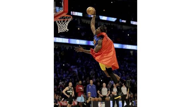 Dwight Howard dari Los Angeles Lakers yang merupakan pemenang kontes slam dunk NBA pada 2008 juga kalah di putaran pertama. Howard sempat memberi penghormatan untuk mendiang Kobe Bryant di kontes kali ini. (Jonathan Daniel/Getty Images/AFP)
