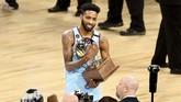 Derrick Jones Jr menerima penghargaan kontes slam dunk pada NBA All Star 2020. Jones menjadi pemain Miami Heat pertama sejak Harold Miner pada 1995 yang menjadi juara. (Stacy Revere/Getty Images/AFP)