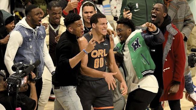 Putaran final berlangsung menarik. Aaron Gordon sempat melompati rapper Chance The Rapper dan membuat penonton bersorak. (Stacy Revere/Getty Images/AFP)